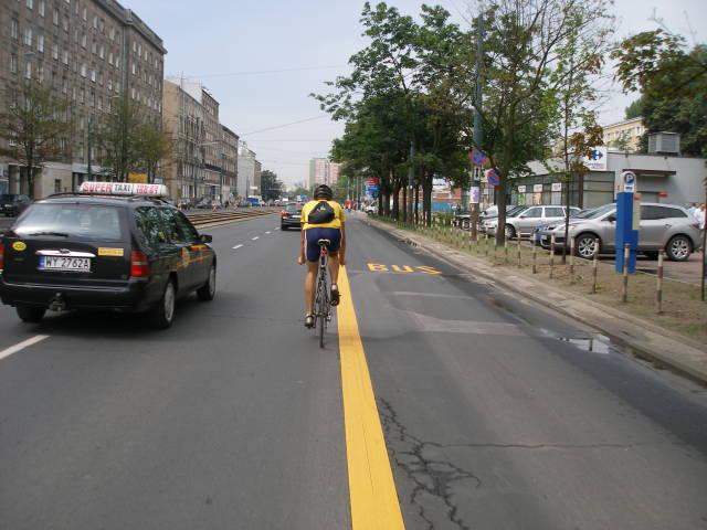 Na warszawskich buspasach, w przeciwieństwie do tych spotykanych w innych miastach europejskich, nie jest dopuszczony ruch rowerowy. W efekcie rowerzyści są zmuszeni jechać środkiem jezdni pomiędzy autobusami a samochodami osobowymi i są podwójnie narażeni na wypadek.